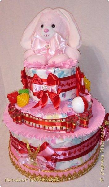 Снова поступил интересный заказ - попросили сделать подарок для новоиспеченного дедушки. У меня родилась идея сделать подарок для дедушки на рождение внучки -  торт из памперсов, но с сюрпризом.