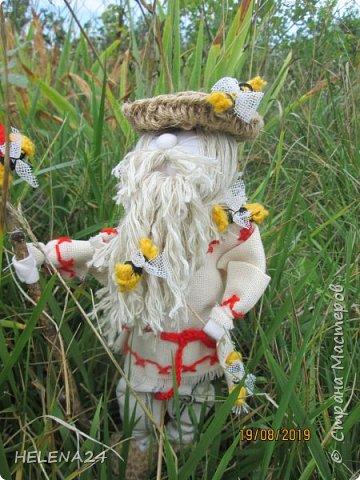 Всем здравствуйте !Я сегодня вот с таким дяденькой ,это Зосима пчельник .На Руси к каждому народному празднику изготавливалась своя куколка. Зосима-пчельник -защитник пчел -народная славянская кукла-оберег. «Без бога ни до порога, а без Зосима-Савватия — ни до улья». Зосима-для благочестивой, размеренной и спокойной жизни. Русские пчеловоды называют преподобного Зосиму - Пчельником и считают его покровителем пчеловодства и хранителем пчел. Зосима пчельник бережет пчел от мора. Оберег обеспечивает удачную зимовку - чтобы пчелки хорошо перезимовали, а весной хорошо облетались и вывели побольше приплода, и никакая болезнь не затронула улья, а летом чтобы ждал трудолюбивого пчеловода добрый урожай меда, а новые роя поселялись в его новые улья. фото 2