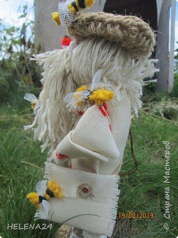 Всем здравствуйте !Я сегодня вот с таким дяденькой ,это Зосима пчельник .На Руси к каждому народному празднику изготавливалась своя куколка. Зосима-пчельник -защитник пчел -народная славянская кукла-оберег. «Без бога ни до порога, а без Зосима-Савватия — ни до улья». Зосима-для благочестивой, размеренной и спокойной жизни. Русские пчеловоды называют преподобного Зосиму - Пчельником и считают его покровителем пчеловодства и хранителем пчел. Зосима пчельник бережет пчел от мора. Оберег обеспечивает удачную зимовку - чтобы пчелки хорошо перезимовали, а весной хорошо облетались и вывели побольше приплода, и никакая болезнь не затронула улья, а летом чтобы ждал трудолюбивого пчеловода добрый урожай меда, а новые роя поселялись в его новые улья. фото 8