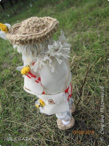 Всем здравствуйте !Я сегодня вот с таким дяденькой ,это Зосима пчельник .На Руси к каждому народному празднику изготавливалась своя куколка. Зосима-пчельник -защитник пчел -народная славянская кукла-оберег. «Без бога ни до порога, а без Зосима-Савватия — ни до улья». Зосима-для благочестивой, размеренной и спокойной жизни. Русские пчеловоды называют преподобного Зосиму - Пчельником и считают его покровителем пчеловодства и хранителем пчел. Зосима пчельник бережет пчел от мора. Оберег обеспечивает удачную зимовку - чтобы пчелки хорошо перезимовали, а весной хорошо облетались и вывели побольше приплода, и никакая болезнь не затронула улья, а летом чтобы ждал трудолюбивого пчеловода добрый урожай меда, а новые роя поселялись в его новые улья. фото 5