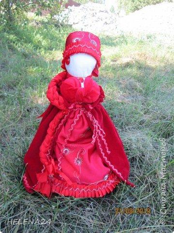 КрАсота !Именно так зовут девушку .Хороша девица .Красота,кукла обрядовая свадебная .Оберег красоты невесты .Вишенку вспоминаете?Куклу шила сама невеста и тут надо было ещё показать умение в вышивке ,шитье ...ТАКАЯ СВАДЕБНАЯ ПРЕЗЕНТАЦИЯ ,но это только для гостей,жених,а особенно свекровь очень даже в курсе её умений,матери женихов иногда специально по посиделкам ходили,да смотрели,как девушки шьют вышивают,как сейчас говорят.Сама кукла сделана чистым методом ,без иглы ,на основе столбика -столбушка она по конструкции. фото 1