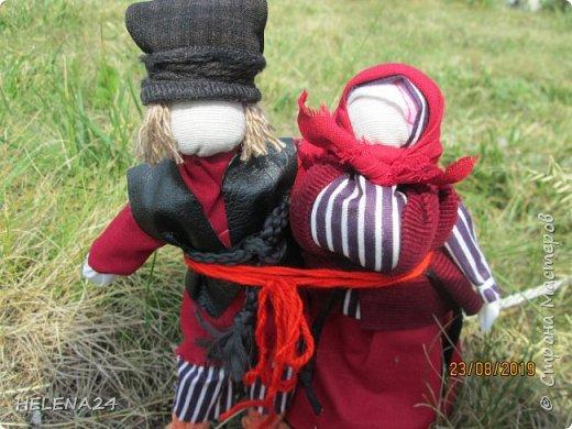 Продолжаю по немногу фотографировать и показывать кукол ,что в дожди накукольничала ,Это супружеская пара ,поэтому одежда из одинаковых тканей .Это уже не жених с невестой ,а муж и жена в браке ,перевязала их вместе красной обережной нитью . фото 10
