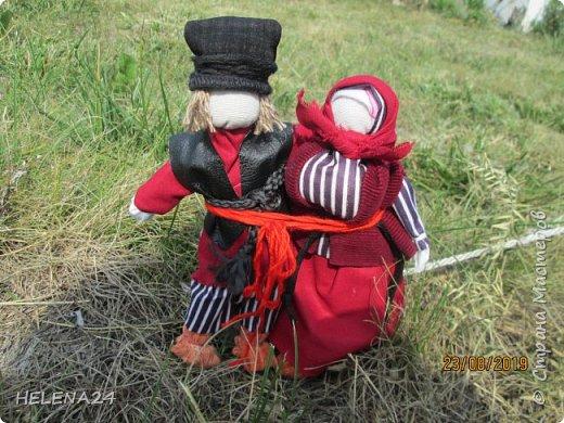 Продолжаю по немногу фотографировать и показывать кукол ,что в дожди накукольничала ,Это супружеская пара ,поэтому одежда из одинаковых тканей .Это уже не жених с невестой ,а муж и жена в браке ,перевязала их вместе красной обережной нитью . фото 2