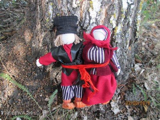 Продолжаю по немногу фотографировать и показывать кукол ,что в дожди накукольничала ,Это супружеская пара ,поэтому одежда из одинаковых тканей .Это уже не жених с невестой ,а муж и жена в браке ,перевязала их вместе красной обережной нитью . фото 7