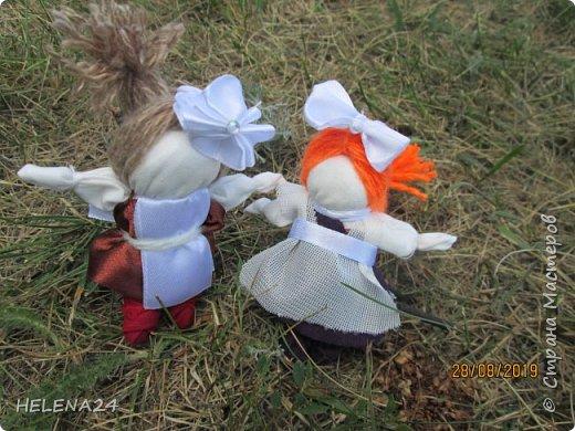 Вот такие куколки у меня .СЧАСТЬЕ первоклашки !Крутила долюшек и вдруг увидела кусочек ленты коричневой ,и пришла мысль сделать первоклашку ,а потом родилась ещё одна .... фото 1