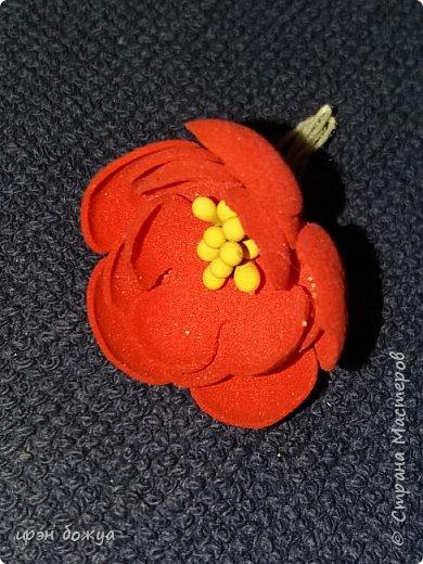 """Здравствуйте посетители и жители СМ. Сегодня у меня открытка с цветами из фоамирана. Месяц назад я купила лист фома и попробовала сделать из него цветы. Но что-то пошло не так и я отложила это дело. Но открытки с цветами из фома не давали мне покоя. Я решилась на вторую попытку. С помощью вырубной машинки сделала шаблоны цветочков. Затем с помощью утюга придала им форму и собрала в цветочки. Цветы делала в два захода. В первый - фиолетовые, во второй заход- розовые и красные. Цветы получились разными. Фиолетовые более плоские, а розовые как розочки  чайные. Нарубили из акварельной бумаги листочков и дело пошло. Собрала вот такую открыточку. Маленькие розочки- это покупные. Их всего 5 штук здесь. Также попробовала новые ножи """"от всей души"""" и """"ручная работа""""(на обороте открытки) фото 7"""