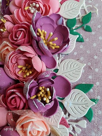 """Здравствуйте посетители и жители СМ. Сегодня у меня открытка с цветами из фоамирана. Месяц назад я купила лист фома и попробовала сделать из него цветы. Но что-то пошло не так и я отложила это дело. Но открытки с цветами из фома не давали мне покоя. Я решилась на вторую попытку. С помощью вырубной машинки сделала шаблоны цветочков. Затем с помощью утюга придала им форму и собрала в цветочки. Цветы делала в два захода. В первый - фиолетовые, во второй заход- розовые и красные. Цветы получились разными. Фиолетовые более плоские, а розовые как розочки  чайные. Нарубили из акварельной бумаги листочков и дело пошло. Собрала вот такую открыточку. Маленькие розочки- это покупные. Их всего 5 штук здесь. Также попробовала новые ножи """"от всей души"""" и """"ручная работа""""(на обороте открытки) фото 2"""