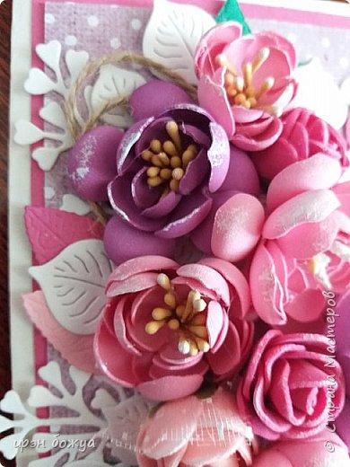 """Здравствуйте посетители и жители СМ. Сегодня у меня открытка с цветами из фоамирана. Месяц назад я купила лист фома и попробовала сделать из него цветы. Но что-то пошло не так и я отложила это дело. Но открытки с цветами из фома не давали мне покоя. Я решилась на вторую попытку. С помощью вырубной машинки сделала шаблоны цветочков. Затем с помощью утюга придала им форму и собрала в цветочки. Цветы делала в два захода. В первый - фиолетовые, во второй заход- розовые и красные. Цветы получились разными. Фиолетовые более плоские, а розовые как розочки  чайные. Нарубили из акварельной бумаги листочков и дело пошло. Собрала вот такую открыточку. Маленькие розочки- это покупные. Их всего 5 штук здесь. Также попробовала новые ножи """"от всей души"""" и """"ручная работа""""(на обороте открытки) фото 3"""
