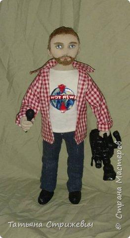 вот такой представитель  массмедиа сшился на днях. Кукла из текстиля ,на проволочном каркасе. Камеру и микрофон сделала из пластики фото 2
