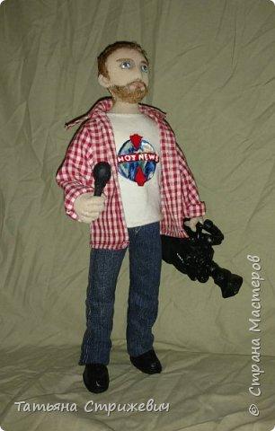 вот такой представитель  массмедиа сшился на днях. Кукла из текстиля ,на проволочном каркасе. Камеру и микрофон сделала из пластики фото 3