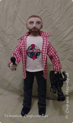 вот такой представитель  массмедиа сшился на днях. Кукла из текстиля ,на проволочном каркасе. Камеру и микрофон сделала из пластики фото 1