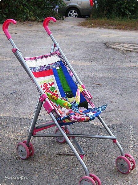 """Магазинные подстилки на игрушечные коляски вообще на полсвиста сшиты... После очередного """"ЧП"""" на прогулке решила больше не штопать, а сшить уже нормальную, добротную подстилку для кукол. Получилось довольно плотно и крепко, что хоть дочку сажай, но побоялись, что сам каркас развалится быстрее. фото 1"""