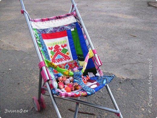 """Магазинные подстилки на игрушечные коляски вообще на полсвиста сшиты... После очередного """"ЧП"""" на прогулке решила больше не штопать, а сшить уже нормальную, добротную подстилку для кукол. Получилось довольно плотно и крепко, что хоть дочку сажай, но побоялись, что сам каркас развалится быстрее. фото 3"""