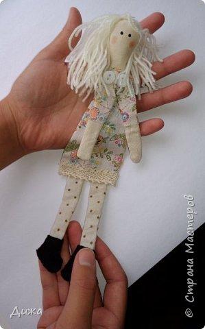 Здравствуйте всем! Я вам случайно не рассказывала что я люблю закладки для книг? :-) Недавно я сшила вот такие текстильные закладочки девочки-тильды Использовала ткани бязь, ситец, флис (обувь). Для красоты украсила кружевом фото 4