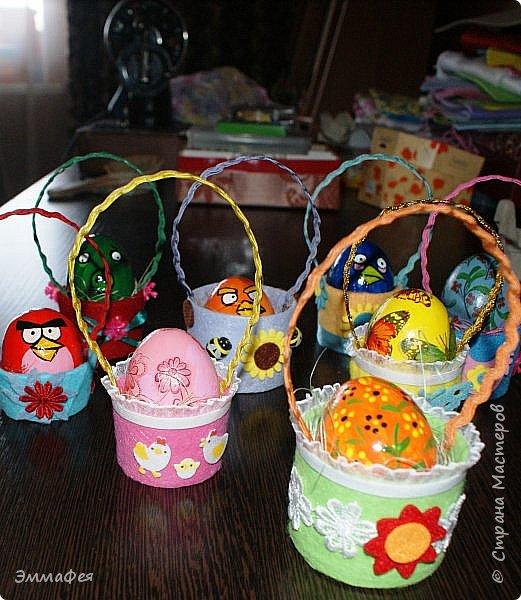 Яйца сделаны собтвенноручно, использована натуральная яичная скорлупа как матрица, потом разбила ее и отправила в мусор.  Часть яичек расписаны вручную акриловыми красками, часть украшены в технике декупаж. фото 19