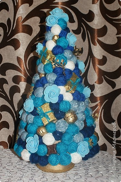 Сразу оговорюсь: свит-дизайном занимается моя мама Гараева Ольга, но здесь ее страницы нет, а поделиться хочется очень, ведь она у меня такая рукодельница!  Это упаковка жестяной коробки печенья в виде новогодних часов. Декор: картинка часов, распечатанная на фотобумаге, мишура, синельная проволока, кружево, конфеты фото 17