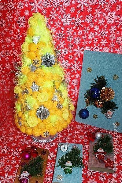 Сразу оговорюсь: свит-дизайном занимается моя мама Гараева Ольга, но здесь ее страницы нет, а поделиться хочется очень, ведь она у меня такая рукодельница!  Это упаковка жестяной коробки печенья в виде новогодних часов. Декор: картинка часов, распечатанная на фотобумаге, мишура, синельная проволока, кружево, конфеты фото 29