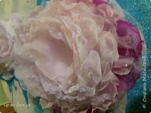 Здравствуйте мастера! сегодня у меня декор напитка. Но не просто декор, а нужно было интегрировать броши в этот подарок. И так. Сначала были броши из тюля и органзы(былый,розовый, бледно-фиолетовый). Одна роза получилась большая. Её можно крепить на сумку или пальто. Вторая по-меньше на платье или костюм. Почему броши? Человек которому предназначался этот подарок в какой-то степени увлекается также насколько возможно ручной работой. И к тому же любит броши. Просто дарить броши в коробочке- скучно. Поэтому пришла идея украсить ими бутылку. И так смотрим. фото 4