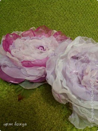 Здравствуйте мастера! сегодня у меня декор напитка. Но не просто декор, а нужно было интегрировать броши в этот подарок. И так. Сначала были броши из тюля и органзы(былый,розовый, бледно-фиолетовый). Одна роза получилась большая. Её можно крепить на сумку или пальто. Вторая по-меньше на платье или костюм. Почему броши? Человек которому предназначался этот подарок в какой-то степени увлекается также насколько возможно ручной работой. И к тому же любит броши. Просто дарить броши в коробочке- скучно. Поэтому пришла идея украсить ими бутылку. И так смотрим. фото 6