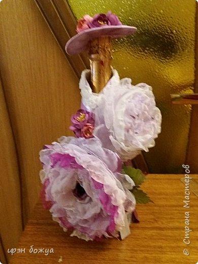 Здравствуйте мастера! сегодня у меня декор напитка. Но не просто декор, а нужно было интегрировать броши в этот подарок. И так. Сначала были броши из тюля и органзы(былый,розовый, бледно-фиолетовый). Одна роза получилась большая. Её можно крепить на сумку или пальто. Вторая по-меньше на платье или костюм. Почему броши? Человек которому предназначался этот подарок в какой-то степени увлекается также насколько возможно ручной работой. И к тому же любит броши. Просто дарить броши в коробочке- скучно. Поэтому пришла идея украсить ими бутылку. И так смотрим. фото 12