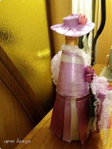 Здравствуйте мастера! сегодня у меня декор напитка. Но не просто декор, а нужно было интегрировать броши в этот подарок. И так. Сначала были броши из тюля и органзы(былый,розовый, бледно-фиолетовый). Одна роза получилась большая. Её можно крепить на сумку или пальто. Вторая по-меньше на платье или костюм. Почему броши? Человек которому предназначался этот подарок в какой-то степени увлекается также насколько возможно ручной работой. И к тому же любит броши. Просто дарить броши в коробочке- скучно. Поэтому пришла идея украсить ими бутылку. И так смотрим. фото 14