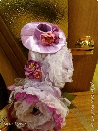 Здравствуйте мастера! сегодня у меня декор напитка. Но не просто декор, а нужно было интегрировать броши в этот подарок. И так. Сначала были броши из тюля и органзы(былый,розовый, бледно-фиолетовый). Одна роза получилась большая. Её можно крепить на сумку или пальто. Вторая по-меньше на платье или костюм. Почему броши? Человек которому предназначался этот подарок в какой-то степени увлекается также насколько возможно ручной работой. И к тому же любит броши. Просто дарить броши в коробочке- скучно. Поэтому пришла идея украсить ими бутылку. И так смотрим. фото 15
