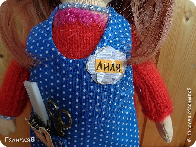 Доброго всем дня! Я сегодня к вам, дорогие мастерицы, с куклой-парикмахером, которую сшила в подарок родственнице на 60-летие. Всю жизнь она проработала парикмахером, поэтому и родилась идея сшить куклу-парикмахера. Она уже подарена родственнице на юбилей и живет теперь у нее дома в Оренбургской области. фото 2