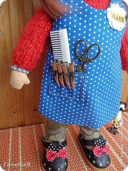 Доброго всем дня! Я сегодня к вам, дорогие мастерицы, с куклой-парикмахером, которую сшила в подарок родственнице на 60-летие. Всю жизнь она проработала парикмахером, поэтому и родилась идея сшить куклу-парикмахера. Она уже подарена родственнице на юбилей и живет теперь у нее дома в Оренбургской области. фото 4