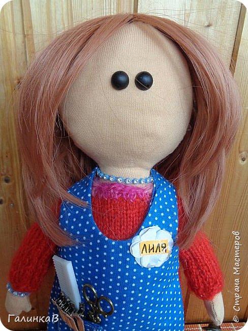 Доброго всем дня! Я сегодня к вам, дорогие мастерицы, с куклой-парикмахером, которую сшила в подарок родственнице на 60-летие. Всю жизнь она проработала парикмахером, поэтому и родилась идея сшить куклу-парикмахера. Она уже подарена родственнице на юбилей и живет теперь у нее дома в Оренбургской области. фото 3