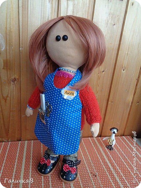 Доброго всем дня! Я сегодня к вам, дорогие мастерицы, с куклой-парикмахером, которую сшила в подарок родственнице на 60-летие. Всю жизнь она проработала парикмахером, поэтому и родилась идея сшить куклу-парикмахера. Она уже подарена родственнице на юбилей и живет теперь у нее дома в Оренбургской области. фото 5