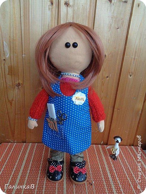 Доброго всем дня! Я сегодня к вам, дорогие мастерицы, с куклой-парикмахером, которую сшила в подарок родственнице на 60-летие. Всю жизнь она проработала парикмахером, поэтому и родилась идея сшить куклу-парикмахера. Она уже подарена родственнице на юбилей и живет теперь у нее дома в Оренбургской области. фото 6