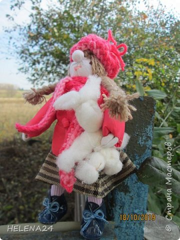 """Сегодня у меня девочка Леночка!Вы думаете мотанками могут быть только народные куклы обереги?Ну травницы там,берегини.....а вот и нет!На основе конструкции народной куклы можно создавать разных кукол.Вот девочка моя сделана сразу на основе двух кукол,голова по принципу """"бабки характерной"""",а тулово как у куклы рябинки с ножками .Одежда частично шита . фото 7"""