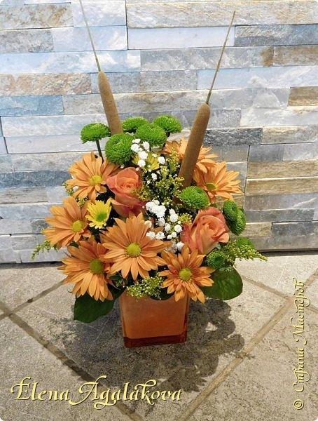 Добрый день! Сегодня я к вам снова с композициями из цветов. На этот раз много осенних композиций желто-оранжево-красных...  Вот уже больше года я занимаюсь цветочным дизайном. Очень люблю цветы, травки-муравки, деревья и вообще все растения. Очень увлекательно работать с цветами! Я взяла небольшой курс по цветочному дизайну. Дома делаю аранжировки из того что под рукой, беру цветы которые найду, даже полевые и из своего садика. Люблю использовать разные веточки, травинки... Некоторые оранжировки из цветочного магазина где я работаю. Делюсь красотой! фото 16