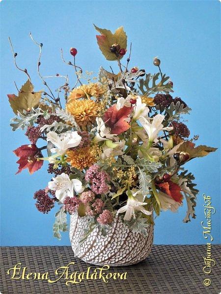 Добрый день! Сегодня я к вам снова с композициями из цветов. На этот раз много осенних композиций желто-оранжево-красных...  Вот уже больше года я занимаюсь цветочным дизайном. Очень люблю цветы, травки-муравки, деревья и вообще все растения. Очень увлекательно работать с цветами! Я взяла небольшой курс по цветочному дизайну. Дома делаю аранжировки из того что под рукой, беру цветы которые найду, даже полевые и из своего садика. Люблю использовать разные веточки, травинки... Некоторые оранжировки из цветочного магазина где я работаю. Делюсь красотой! фото 12