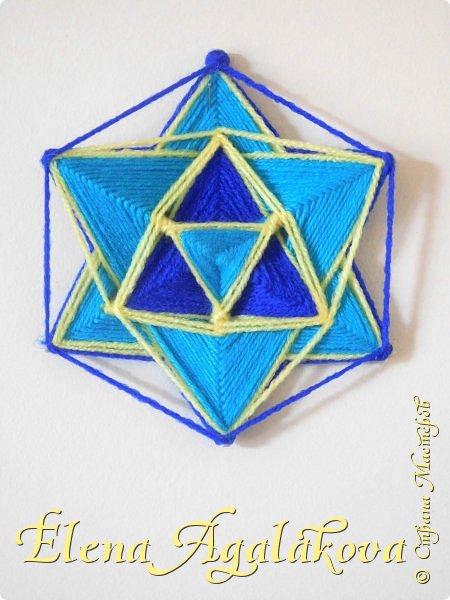 Шестиконечная мандала-звезда -объединение противоположностей, изобилие, защитный символ. Гексаграмма образована двумя пересекающимися треугольниками, один вершиной вверх и другой вершиной вниз. Задолго до того, как гексаграмма стала эмблемой иудаизма, ее почитали как символ объединения противоположностей, духа и материи, Инь и Ян, Неба и Земли, Шивы и Кали, поддерживавших жизнь с помощью циклов созидания и разрушения.  Символ союза Мужчины (Огонь - Молния) и Женщины (Вода – Океан). Соединение мужского и женского начал символизируется пересекающимися треугольниками Неба и Земли. Гексаграмму связывают с чакрой Анахата. Перевернутый треугольник в центре означает чашу, готовую принять Воду, и соответствует женскому началу, пассивности, Мудрости, созиданию.