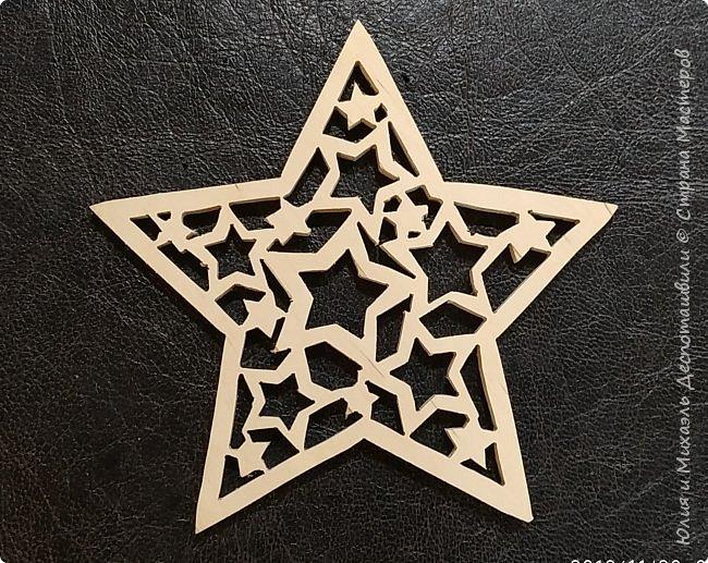 Наша звёздочка - это олицетворение Страны Мастеров: Звезда (кто поспорит?), внутри которой множество других зажжённых  ею звезд (мастеров), освещающая темный небосклон, и делающая жизнь ярче. Это и есть то, чего всегда хочется добиться творчеством - украсить жизнь! Для нас с Михаэлем, (а эта звезда дело его рук) - творчество давно стало неотъемлемой частью жизни, и даже самой жизнью!