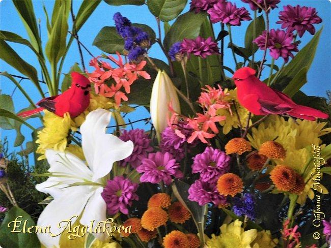 Добрый день! Сегодня я к вам снова с композициями из цветов.  Вот уже больше года я занимаюсь цветочным дизайном. Очень люблю цветы, травки-муравки, деревья и вообще все растения. Очень увлекательно работать с цветами! Я взяла небольшой курс по цветочному дизайну. Дома делаю аранжировки из того что под рукой, беру цветы которые найду, даже полевые и из своего садика. Сейчас у нас уже холодно, но как же радуют цветы дома! Люблю использовать разные веточки, травинки... Некоторые оранжировки из цветочного магазина где я работаю. Делюсь красотой! фото 8