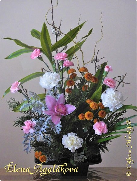 Добрый день! Сегодня я к вам снова с композициями из цветов.  Вот уже больше года я занимаюсь цветочным дизайном. Очень люблю цветы, травки-муравки, деревья и вообще все растения. Очень увлекательно работать с цветами! Я взяла небольшой курс по цветочному дизайну. Дома делаю аранжировки из того что под рукой, беру цветы которые найду, даже полевые и из своего садика. Сейчас у нас уже холодно, но как же радуют цветы дома! Люблю использовать разные веточки, травинки... Некоторые оранжировки из цветочного магазина где я работаю. Делюсь красотой! фото 11