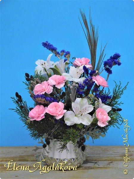Добрый день! Сегодня я к вам снова с композициями из цветов.  Вот уже больше года я занимаюсь цветочным дизайном. Очень люблю цветы, травки-муравки, деревья и вообще все растения. Очень увлекательно работать с цветами! Я взяла небольшой курс по цветочному дизайну. Дома делаю аранжировки из того что под рукой, беру цветы которые найду, даже полевые и из своего садика. Сейчас у нас уже холодно, но как же радуют цветы дома! Люблю использовать разные веточки, травинки... Некоторые оранжировки из цветочного магазина где я работаю. Делюсь красотой! фото 14
