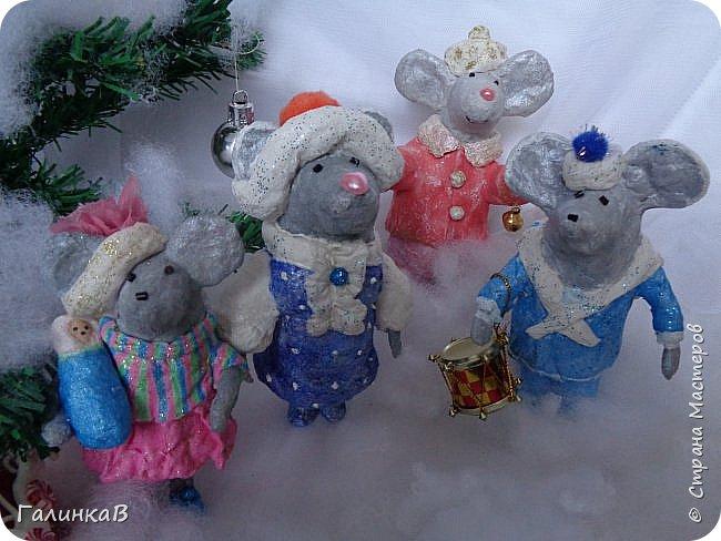 Всем мастерицам и мастерам доброго дня! Сегодня мы пришли целой семейкой грызунов! Папа, мама, сынок и дочка! Все новогодние, нарядные и веселые! Чего ж грустить, ведь скоро Новый Год. И конечно же - подарки!!! фото 1
