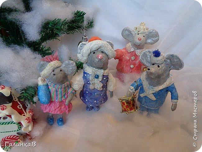 Всем мастерицам и мастерам доброго дня! Сегодня мы пришли целой семейкой грызунов! Папа, мама, сынок и дочка! Все новогодние, нарядные и веселые! Чего ж грустить, ведь скоро Новый Год. И конечно же - подарки!!! фото 11