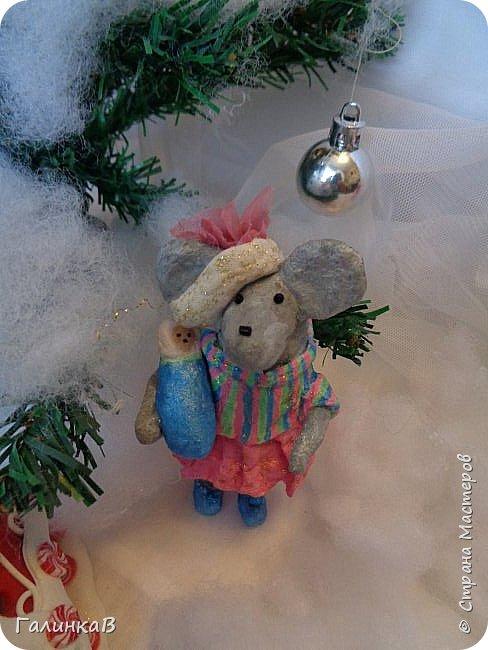 Всем мастерицам и мастерам доброго дня! Сегодня мы пришли целой семейкой грызунов! Папа, мама, сынок и дочка! Все новогодние, нарядные и веселые! Чего ж грустить, ведь скоро Новый Год. И конечно же - подарки!!! фото 8