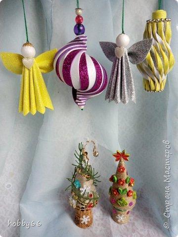 ДЕКАБРЬ МЕСЯЦ ОЖИДАНЬЯ!.. Еще чуть-чуть – и Новый год! А новогодние желанья  Давно блестят среди забот  Зима разделена на части: До, или после января. У времени так мало власти… Меняй листы календаря!  Сюрпризы, елка и подарки Вернут нас в прошлое опять. Гирлянды свет как в детстве яркий И тайн волшебных не понять.  Но Дед Мороз придет, конечно! Под звон бокалов, бой часов Сверкнет в ночи твое колечко, Как знак созвездия весов  Есть чудеса на белом свете! От нас зависит всё! И тот, Кто Новый год с улыбкой встретит, Веселым будет целый год!  Петр Давыдов  фото 4