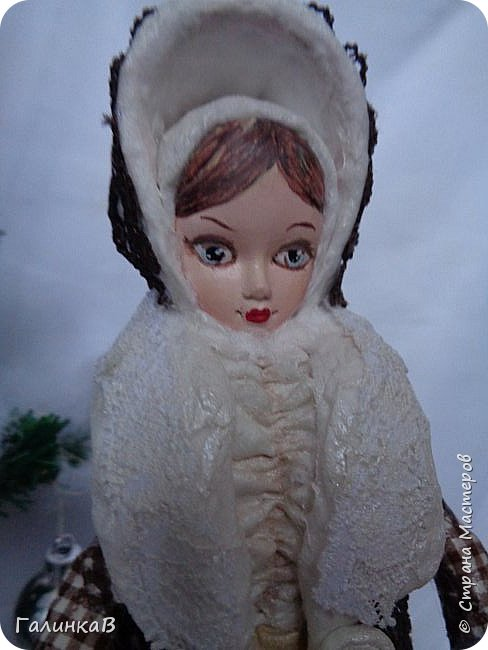 """Добрый день, мои дорогие! Снова я сегодня с куколкой из ваты! Давно вынашивала идею сделать из ваты вот такую барышню, да все не решалась. Но...глаза боятся, а руки делают. Это моя первая работа такого масштаба. Куколка в высоту 25 см. Хотелось сделать барышню именно дворянку. Обожаю все, что связано с тем временем: люблю дворянские усадьбы, одежду, вообще дух вот этого дореволюционного периода. Помните, как в песне """"Как упоительны в России вечера"""" - балы, красавицы, лакеи, юнкера и вальсы Шуберта и вкус французской булки.... фото 6"""