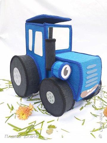 """Наверное все родители 3-5 леток знают песенку: """"По полям, по полям, едет синий трактор к нам,,,,"""" Разрешите вас познакомить с моим тракторенком """" Васильком"""". Эту работу я делала для конкурса детских подарков.  фото 2"""