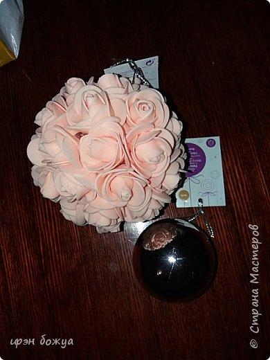 Увидела в магазине цветочные шары и сделала себе такие же. Купила простые пластмассовые шары по 10р за штуку и обклеила розочками. Бирку не отрывала. Пойдут в подарки. фото 2
