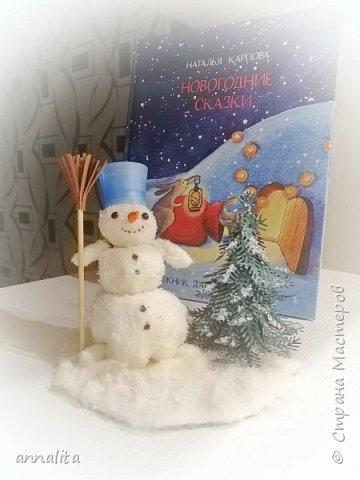 """Здравствуйте всем. Как всегда, к Новому году в детском саду проводится выставка """"детского"""" творчества или творчества детей и родителей (скорее родителей).  Вот такого снеговичка с елочкой мы сделали в этом году. Вернее, начали делать еще в прошлом - катали шары из ваты. Но им надо было высохнуть, а времени не было и мы сделали другого снеговика ( https://stranamasterov.ru/node/1165687 ). А шары дождались своего часа и пригодились на этот год. Елочку делала с помощью тех же ножей, что и в прошлом, но использовала по-другому - наклеивала лапки на конус."""