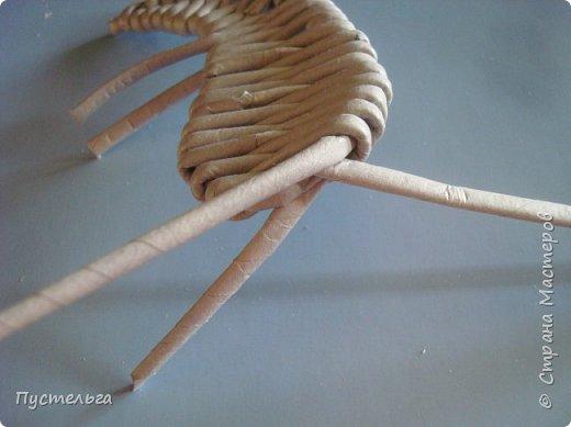 Шустрая крыска такая шустрая, потому что её можно очень быстро сделать. Для неё нужно всего 8 трубочек из бумажной полоски шириной 7см и клей.  Трубочки увлажните, чтобы они стали пластичными. фото 13