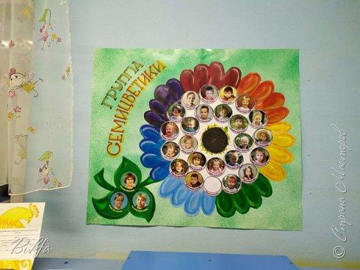"""Всем доброго дня! В отсутствие серьезных работ выполняем заказы детского садика, в котором теперь обитают уже две из них: Наська - выпускной год, Лизка - первый. Первогодке и был сделан плакат-визитка. Группа называется """"Семицветики"""". Вот и на плакате цветик-семицветик с """"семечками""""-детишками и листочками на поддерживающем стебле с воспитателями и няней. Все родители прислали фотки, мы обработали, сделали виньетки и приклеили на подобии семечек подсолнуха. Кстати, в центре и наклеен """"корзинка подсолнуха с семечками."""