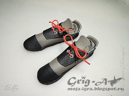 Всем доброго дня! Много сейчас рукодельницы шьют обуви куклам. Нашего дедушки не миновал этот вид рукотворчества. Я шить-то не умею, можно сказать, вот и прошу его два года подряд сшить обувь зверькам - символам года. Вот туфли мужские к НГ-20 сшил.